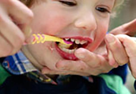 pulizia-denti-bambini